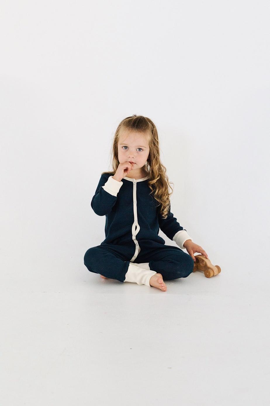 La marque montréalaise O'Lou crée de jolies pièces unisexes pour enfants, composées de coton biologique. Tout est conçu et fabriqué ici. On craque pour les «rompers», parfaits pour la nuit comme le jour, en coton gaufré, avec boutons pression à l'avant. Prix: 59$ (tailles de 0-12mois jusqu'à 3-5ans), offert enligne.