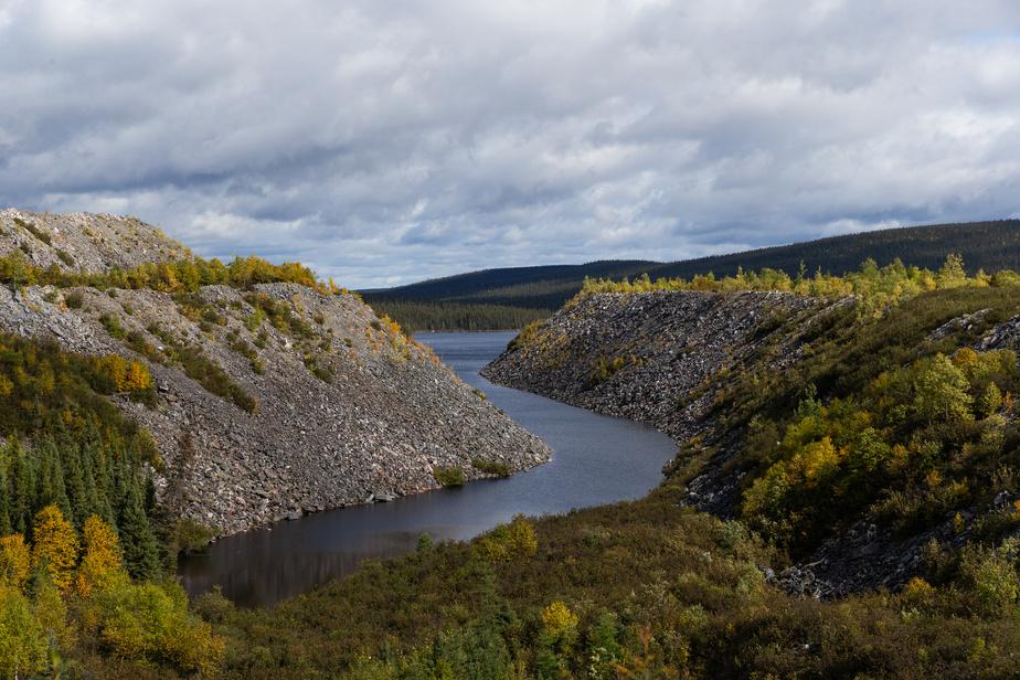 Des montagnes de roches stériles, composées de pierres broyées, déforment le paysage entourant ce qui était le lac Jeannine.