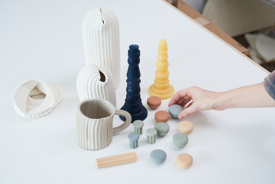 Ces boutons et poignées s'inspirent d'une collection de vases et de tasses aux lignes définies par une extrudeuse.