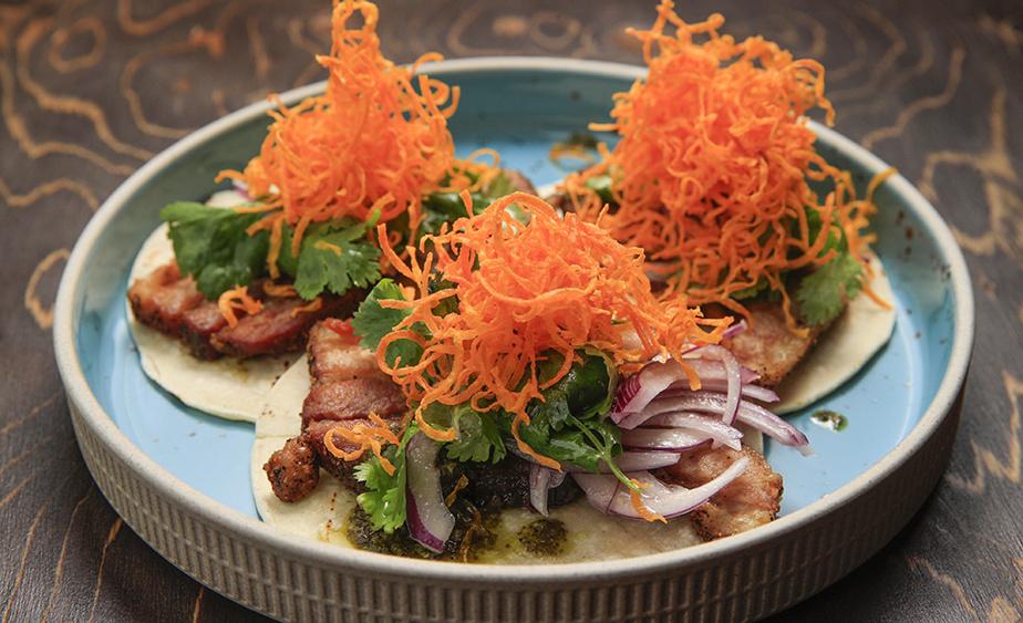Le Barranco n'hésite pas à fusionner les cultures culinaires, comme ici avec ces tacos de chicharron (flanc de porc frit) avec sauce chimichurri et patates douces frites en garniture. Le classique sandwich de chicharron est aussi au menu.