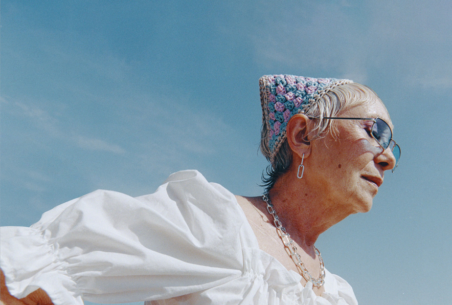 La comédienne Louise Turcot porte le foulard de tête.