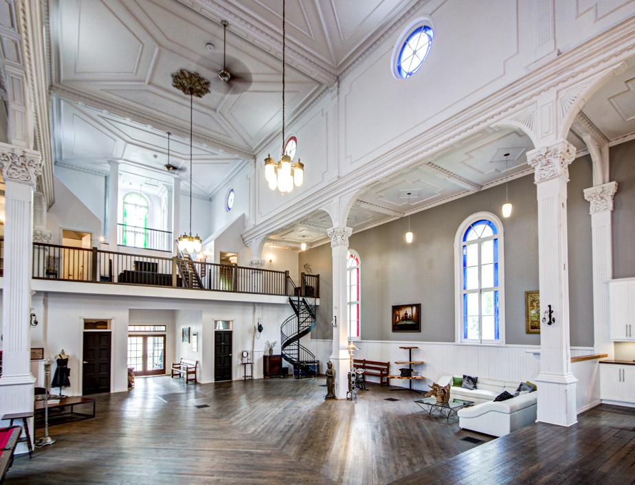 Le rez-de-chaussée offre un vaste espace pour recevoir. À droite, on remarque la section salon. Ici, on ne se casse pas la tête pour caser les divans, aussi immenses soient-ils.