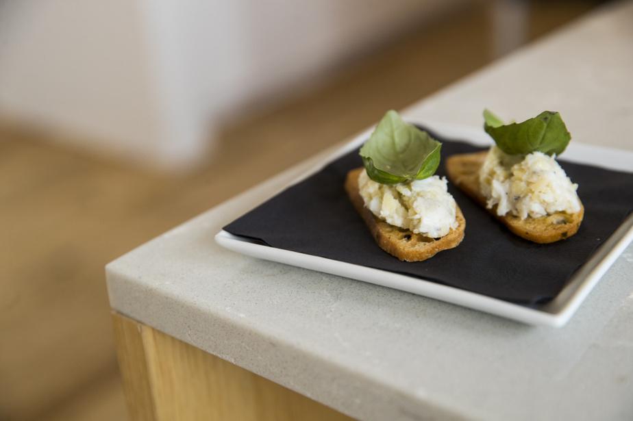 Avec les trimes du poisson, le chef a aussi fait des rillettes, qu'il a étendues sur des croûtons de pain.