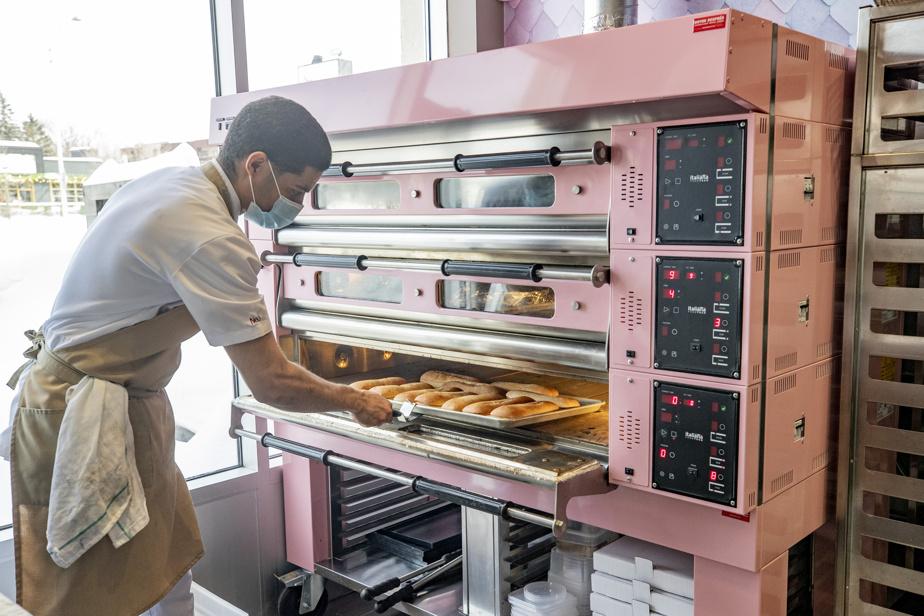 On s'en voudrait de ne pas vous montrer le magnifique four à pizza rose du Gigi's! Ici, Neury Ruiz s'apprête à en sortir des pains frais.
