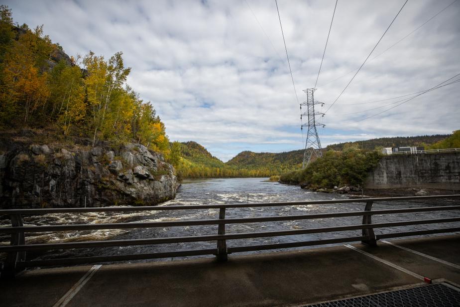 Une fois qu'elle a passé à travers les turbines de la centraleOutardes-4, l'eau du réservoir s'écoule de nouveau dans la rivière Outardes et se dirige vers la centrale Outardes-3. La même eau produira de l'électricité à la centraleOutardes-2 avant de finir sa course dans le fleuve Saint-Laurent.