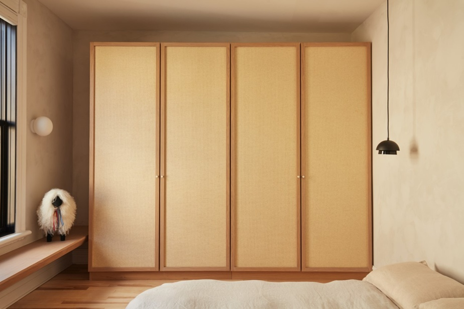 Le designer montréalais Michael Godmer a eu l'idée d'un banc-étagère sur toute la longueur d'un mur, épinglée dans un récent projet d'aménagement de chambre.