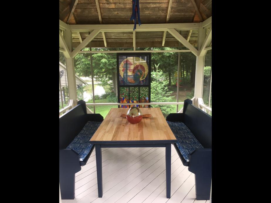 Le pavillon devient la salle à manger d'été des propriétaires. Il leur permet d'organiser des repas avec des amis, en prise directe avec la rivière et le ruisseau.