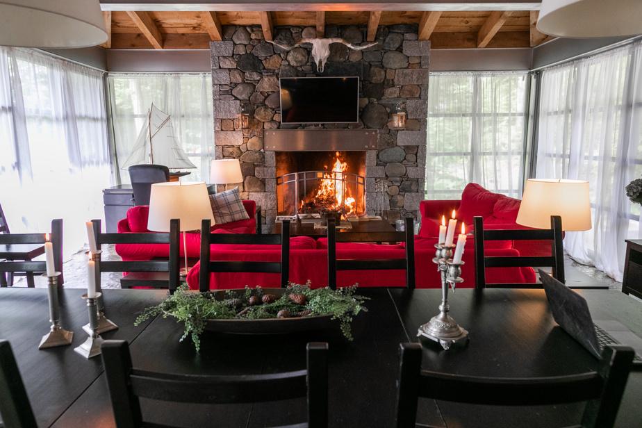 Richard Proulx a conçu un grand foyer en maçonnerie dans le salon. Le feu de bois, visible de partout dans l'aire ouverte, y est spectaculaire.