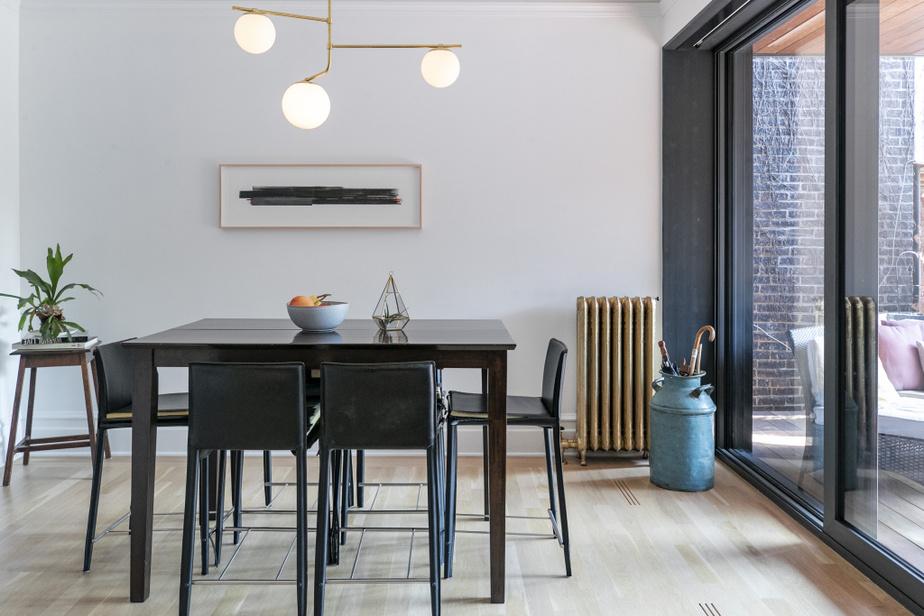 Une grande attention a été portée aux détails, comme les grilles de ventilation alignées avec les lattes du plancher. Les propriétaires ont également conservé le plus d'éléments d'origine possible, comme les calorifères dorés.