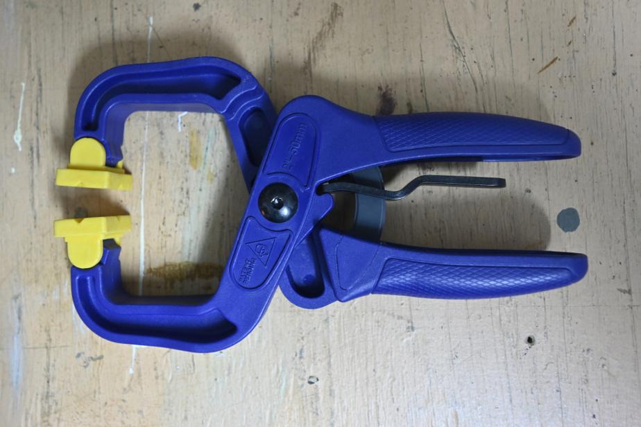Ces pinces de serrage en plastique sont un outil indispensable pour Michel Rabagliati, qui s'en sert autant pour l'aider à manœuvrer la toile de sa piscine que pour tenir en place des pièces qu'il doit scier.