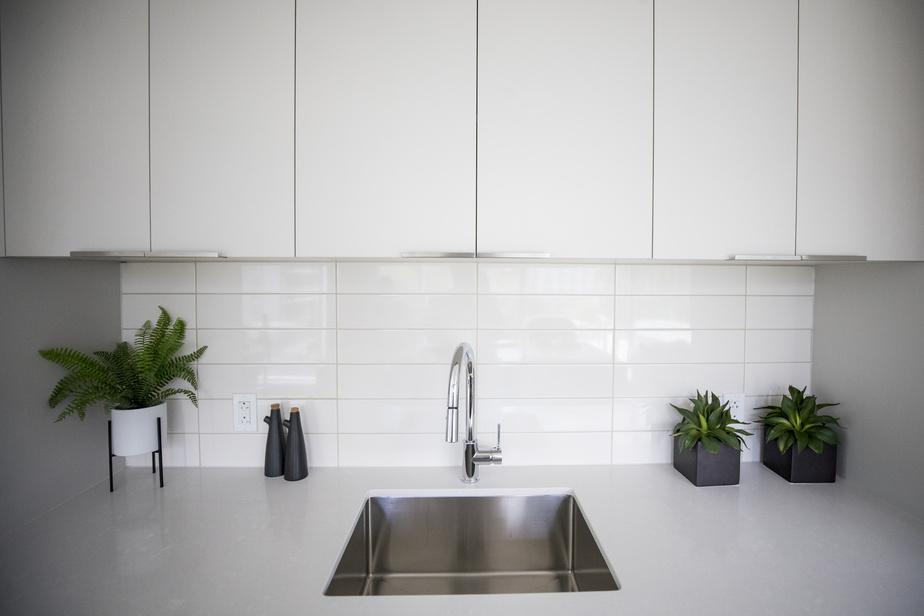 Une résine de finition encapsule les portes d'armoires pour les rendre plus durables. Les panneaux, qui forment l'intérieur, sont faits de particules de bois écologique et ont eux aussi de très faibles émissions nocives. Ces panneaux (Nu Green2) proviennent de l'entreprise québécoise Uniboard.