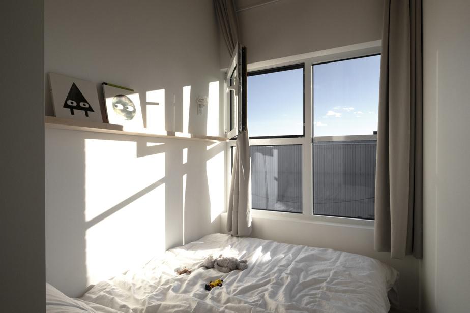 La chambre de Jules, inspirée des chambres japonaises avec tatami, laisse la place à l'essentiel: un lit et une étagère pour quelques livres ou une petite décoration.