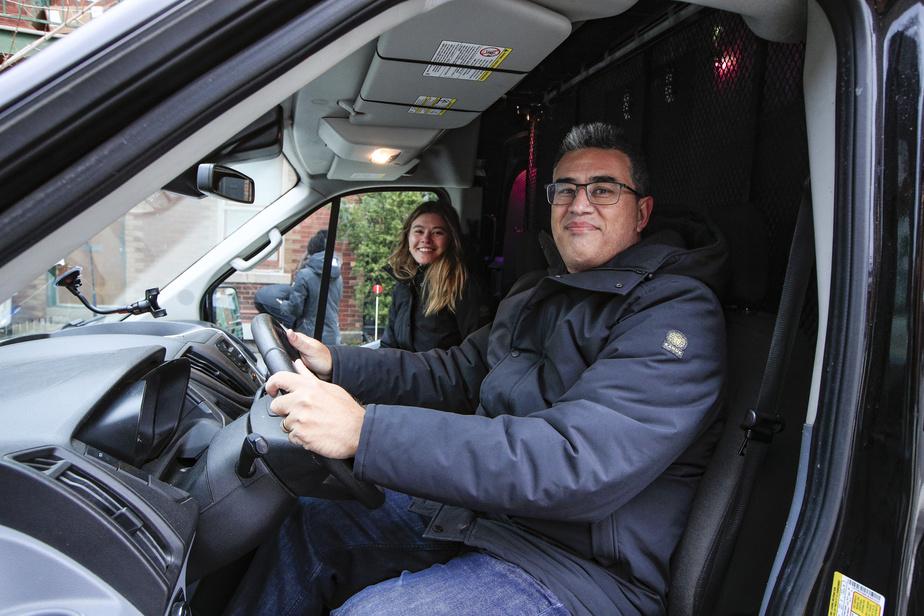 Le chef de la direction financière Roland Ribotti et sa fille Audrey Anne Ribotti dans le camion de distribution des manteaux.