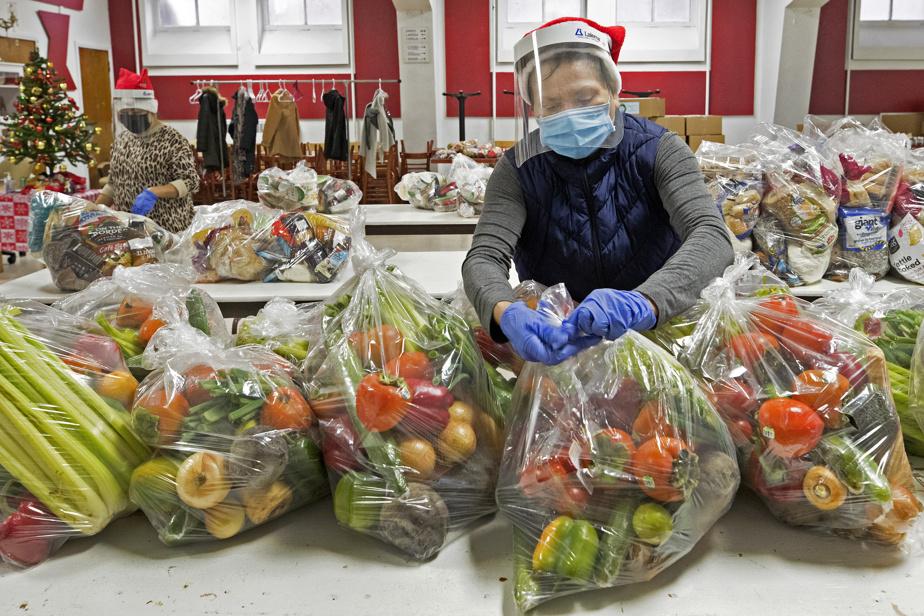 2décembre2020. Antolina Ponce, bénévole à la mission Santa Teresa de Avila dans Rosemont–La Petite Patrie, aide à la distribution de nourriture fournie par Moisson Montréal.