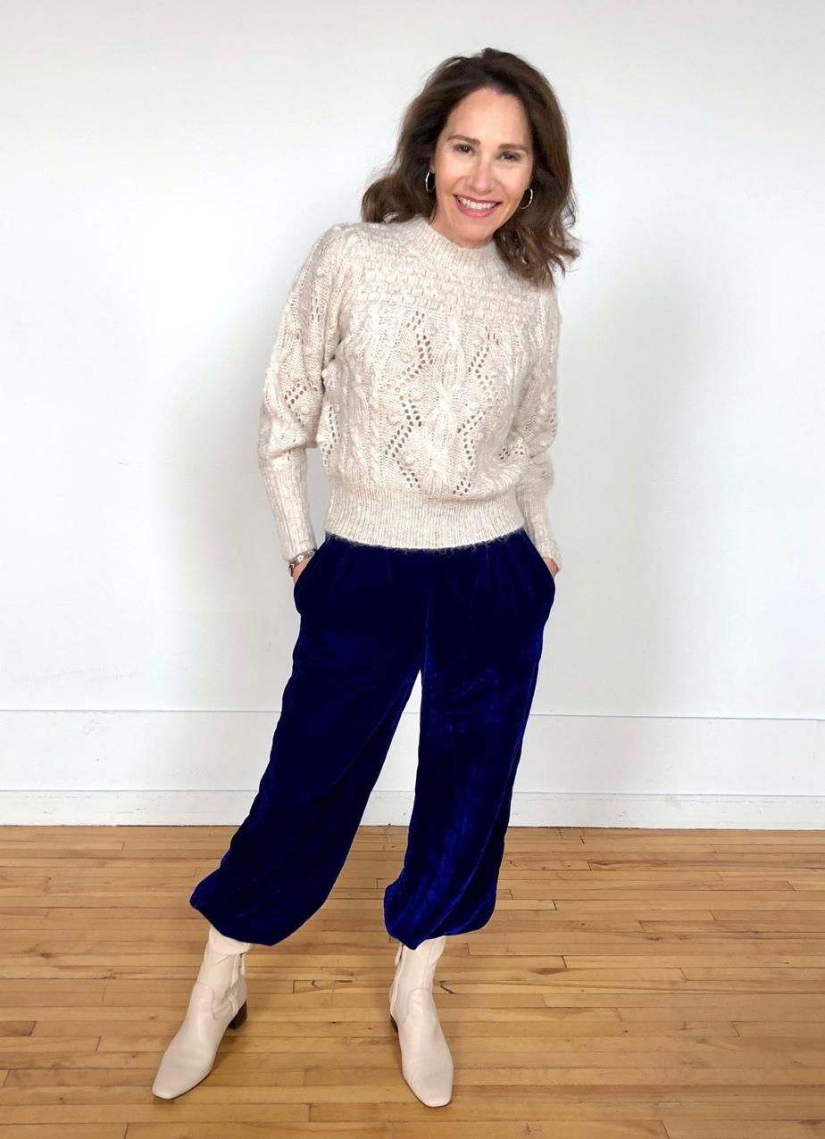 Le même pantalon, combiné à un haut en tricot beige et à des bottillons crème, donne un look plus décontracté et chaleureux.