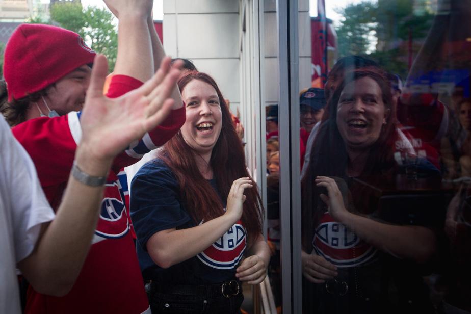 Sur Twitter, la mairesse de Montréal, Valérie Plante, a dit travailler sur des solutions pour permettre aux partisans de voir les matchs en plein air, «tout en respectant les règles de sécurité». En attendant, ceux-ci se sont rassemblée aux alentours du Centre Bell.