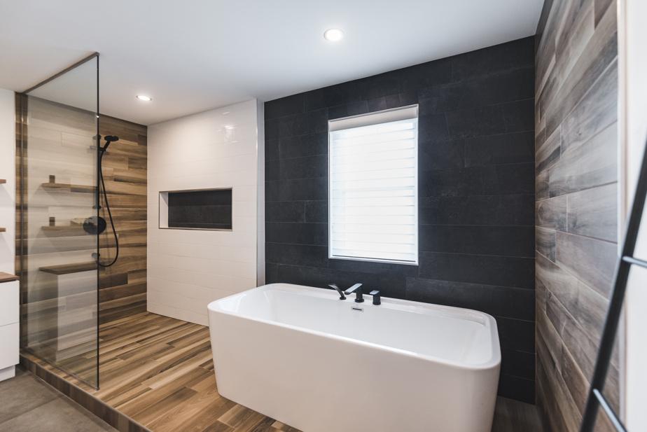 Aucune paroi ne sépare la douche de la baignoire, afin que la circulation demeure fluide. «Il n'y a aucun problème pour les éclaboussures, assure la designer d'intérieur Claudia Bérubé. La douche est de forme allongée et une pente réglementaire mène l'eau vers le drain.»