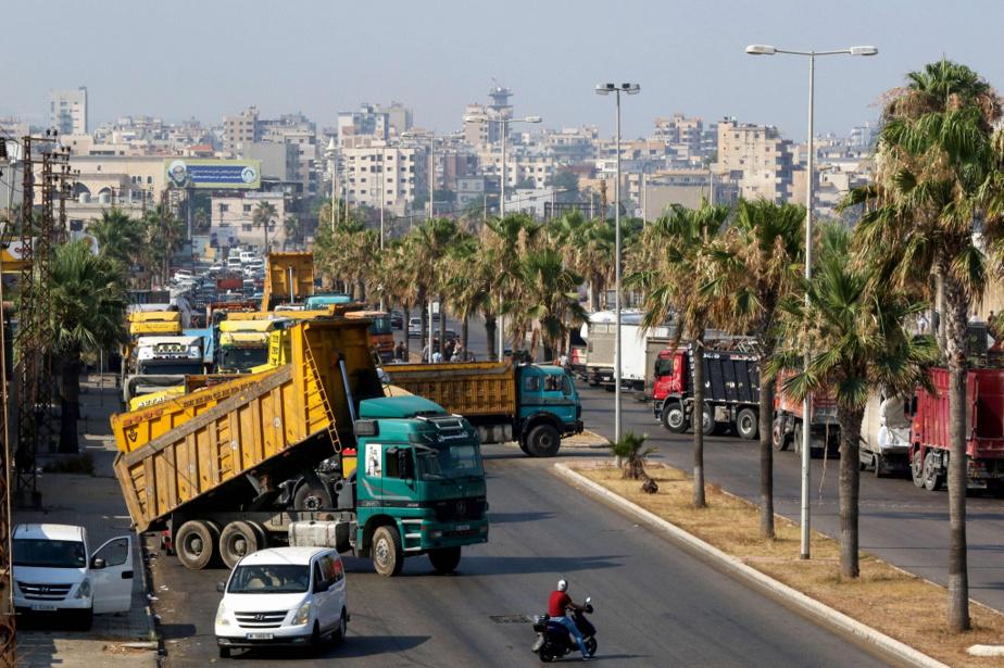Des camions bloquent un boulevard dans la ville côtière de Saïda, dans le sud du pays, pour protester contre la pénurie de carburant, le 12juillet dernier.