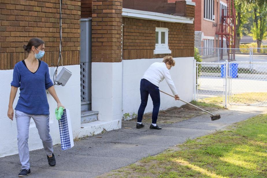 À l'extérieur, MmeVallières, une résidante, empoigne un balai et nettoie un chemin. «Tous ces gestes du quotidien, si on les répète, on les perd moins. Et quand nos gens font ça, on n'a pas besoin de leur faire faire des exercices ou de la stimulation», affirme la directrice générale de la Maison Carpe Diem, Nicole Poirier.