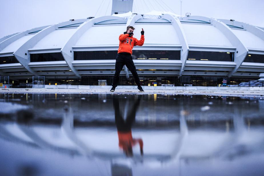 Malgré le froid qui s'installe, Maxence Famelart s'entraîne en boxant dans le vide sur l'Esplanade du Parc olympique.