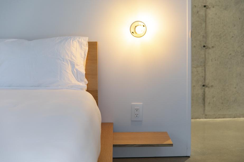 Dans toutes les chambres d'invités, les lits reposent sur des plateformes conçues sur mesure dans un souci de minimalisme. Les tablettes se rétractent au besoin.