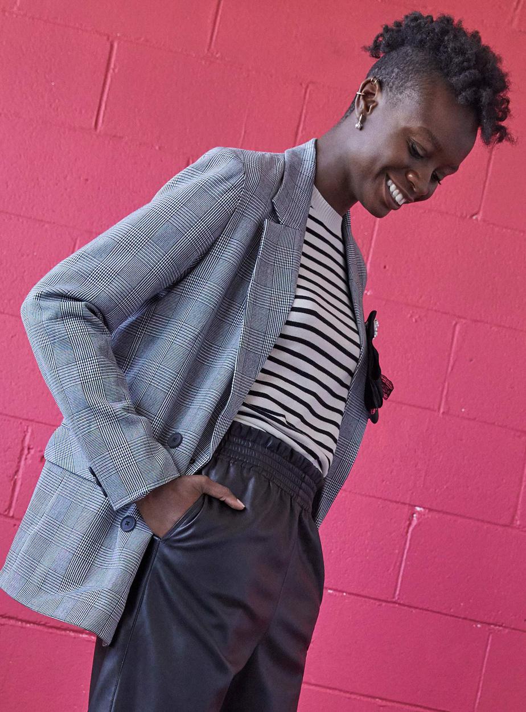 Le vestiaire formel se décontracte; le veston, morceau classique s'il en est, est encore présent, mais il sera présenté en version plus ample, avec épaulettes, et porté avec des vêtements moins formels, comme des jeans. Sur la photo: le veston à carreaux double boutonnage: Prix: 59,95$