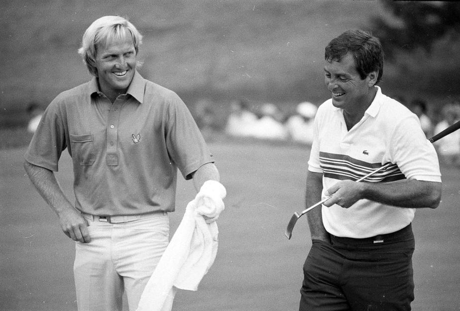 En juin 1984, Greg Norman tend une serviette à Fuzzy Zoeller au 18etrou. Zoeller établira une marque inégalée à l'Omnium des États-Unis sur ce parcours avec un cumulatif de -4.
