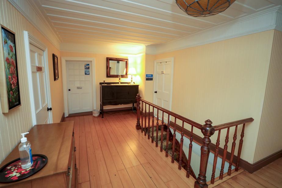 À l'étage, quatre chambres, dont une suite. Chacune a sa salle de bains privée.
