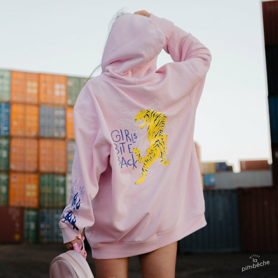 L'artiste Patricia Méthot, fondatrice de La Pimbêche, conçoit des vêtements et accessoires qui véhiculent des messages féministes.