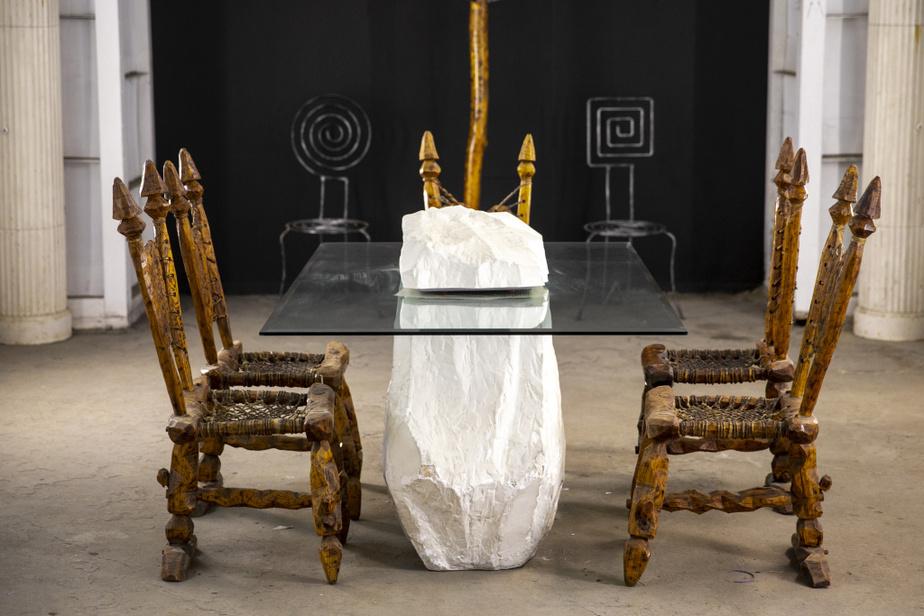 Ensemble rustique assez éclaté avec cinq chaises et une table