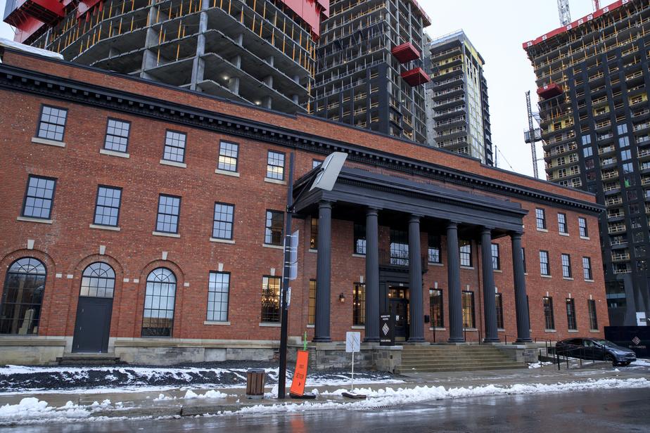 Avec ses balcons, son portique magistral, sa corniche et son oriel, cette réalisation de l'architecte Kenneth Guscotte Rea est un bâtiment absolument unique à Montréal… et à Westmount.