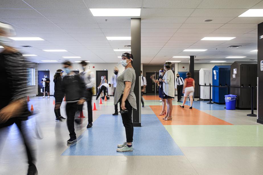 Dans les corridors, les enseignants portent masque etvisière.