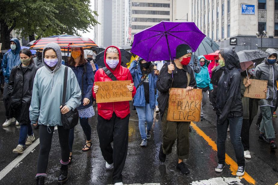 Au moins une centaine de personnes ont marché en défiant la pluie.