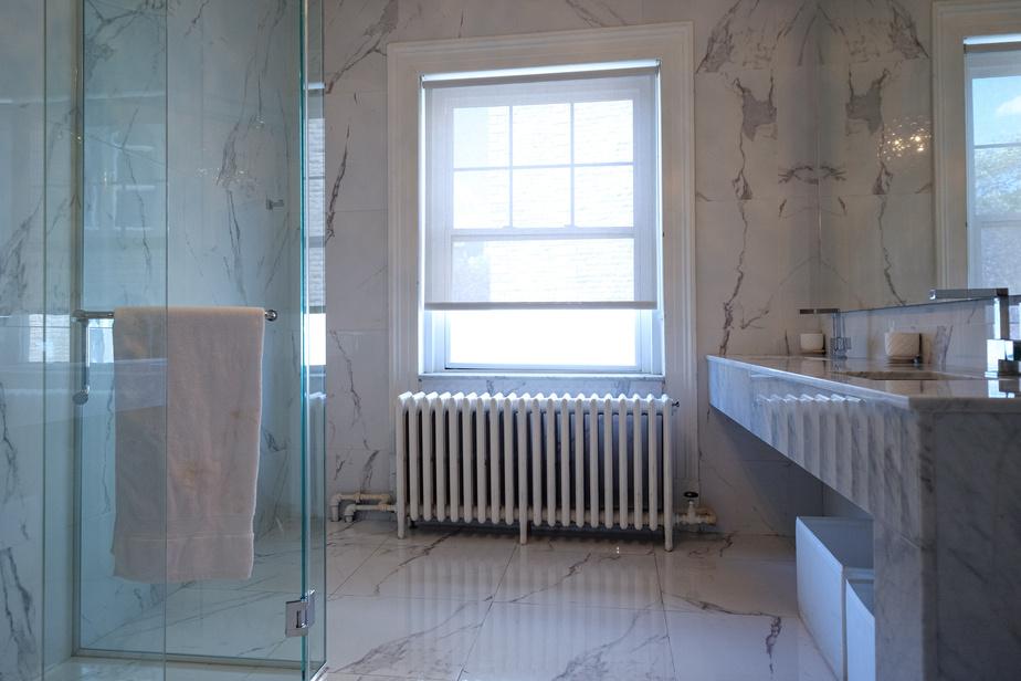 La demeure compte cinq salles de bains. Voici une des deux salles de bains à l'étage.