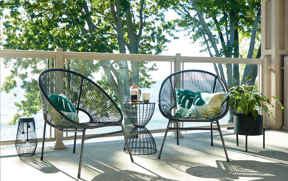 Les cours et les balcons sont repensés pour en faire des espaces douillets, empreints de quiétude, souligne-t-on chez Home Depot. Les deux chaises en forme d'œuf en osier noir invitent à la détente.