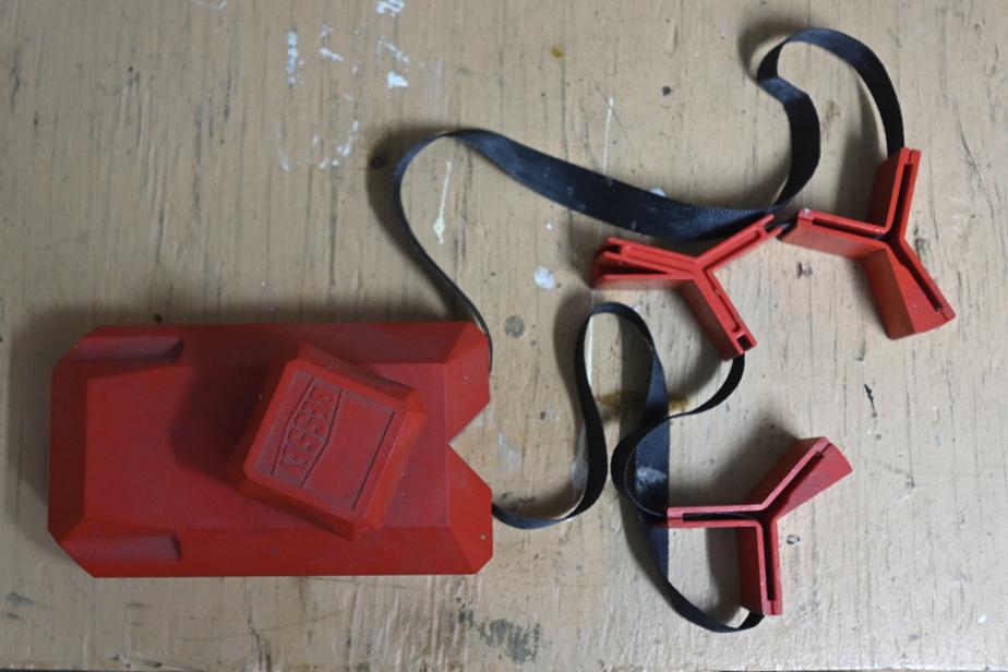 Le serre-joint pour cadre permet de tenir des pièces ensemble pendant qu'on travaille dessus. Pratique pour les cadres, mais aussi pour coller des tiroirs, par exemple.