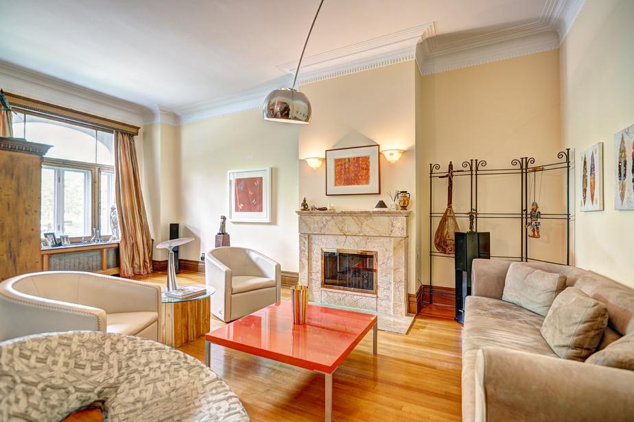 Ce type d'intérieur peut aussi bien recevoir du mobilier moderne que du mobilier ancien. Dans le salon de réception comme ailleurs dans la maison, les propriétaires ont opté pour des meubles et des objets contemporains afin d'alléger l'ambiance.