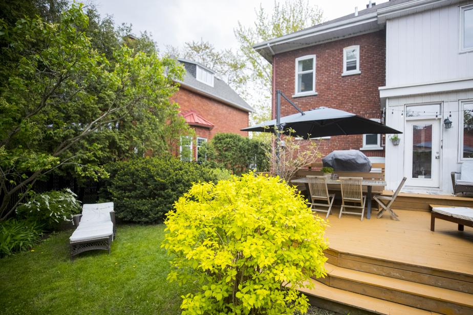 Une terrasse a été aménagée à l'arrière de la maison. Une piscine hors terre et un garage se trouvent aussi dans la cour.