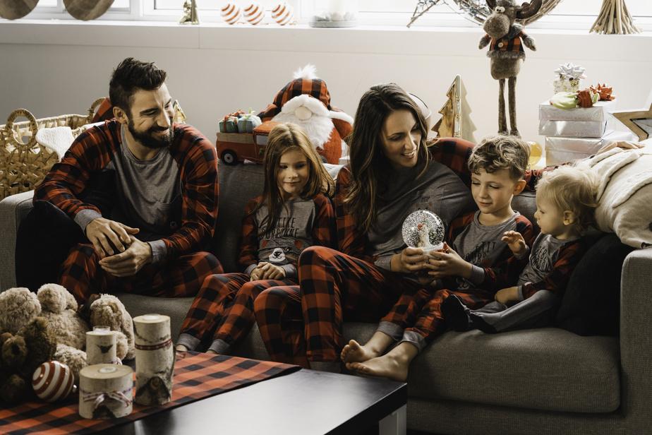 Avec sa collection de pyjamas, le designer a voulu poursuivre une tradition instaurée par sa défunte mère, qui en confectionnait pour les offrir à toute la famille au réveillon de Noël.
