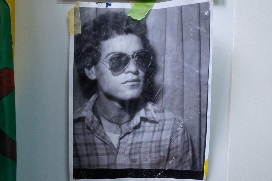 Dans son atelier, près de sa table de travail, Berirouche a placé une photo de son père, Madjid Feddal, à l'âge de 23ans.