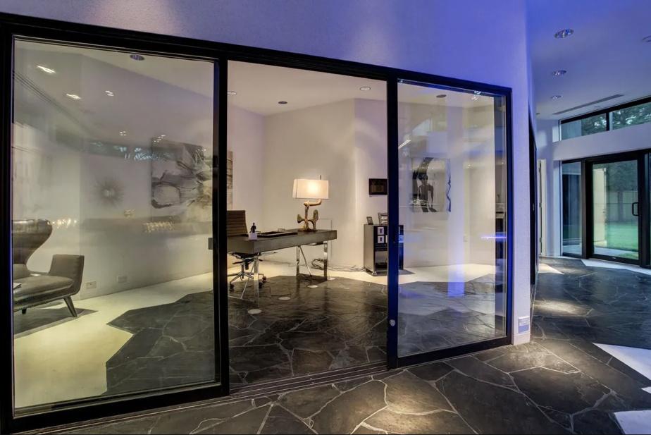 De nombreuses baies vitrées permettent de garder le contact des pièces entre elles.