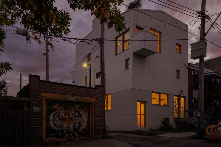 La nuit venue, la grande maison blanche percée de nombreuses fenêtres accroche les regards.