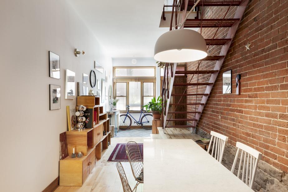 L'escalier en fer récupéré à l'extérieur remplace un modèle en colimaçon qui prenait trop de place. L'espace est plus dégagé et chaque zone est bien délimitée. «Le choix d'un mobilier compact était crucial dans ce projet, parce qu'il faut pouvoir circuler sans contrainte autour des éléments», dit l'architecte Nathalie Thibodeau.