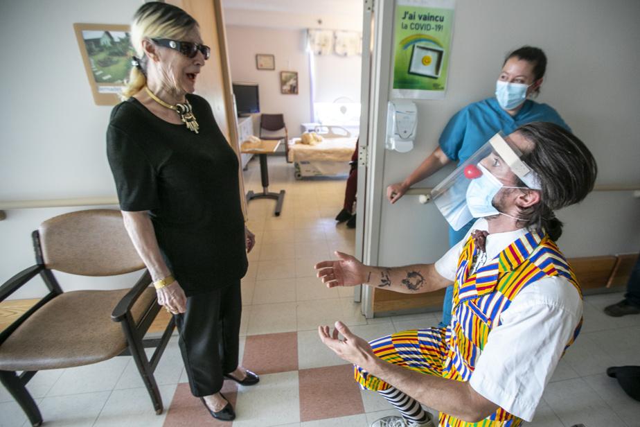 10 juillet 2020. Pandémie ou pas, le clown humanitaire Guillaume Vermette fait la tournée des CHSLD pour faire sourire le personnel et les résidants.