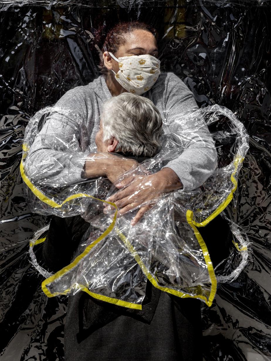 L'année 2020 a été marquée par la pandémie de COVID-19. Un photographe a capté le moment où une femme de 85ans reçoit sa première accolade en cinq mois dans une maison de soins de SãoPaulo, au Brésil. Son infirmière utilise un «rideau» de plastique pour minimiser les risques de contagion. En lice dans les catégories «Photo de l'année» et «Actualités générales».