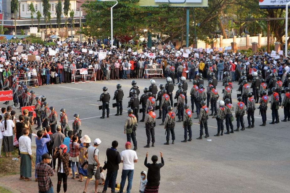Face à face entre manifestants et forces de l'ordre à Naypyidaw, le 8février