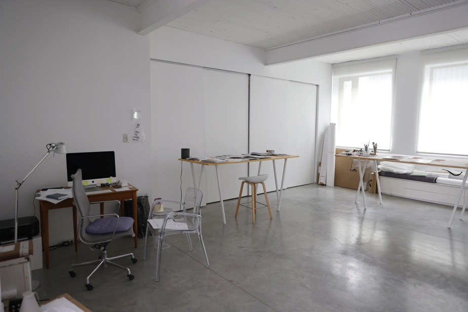 L'atelier de Geneviève Cadieux est épuré, lumineux et apaisant.