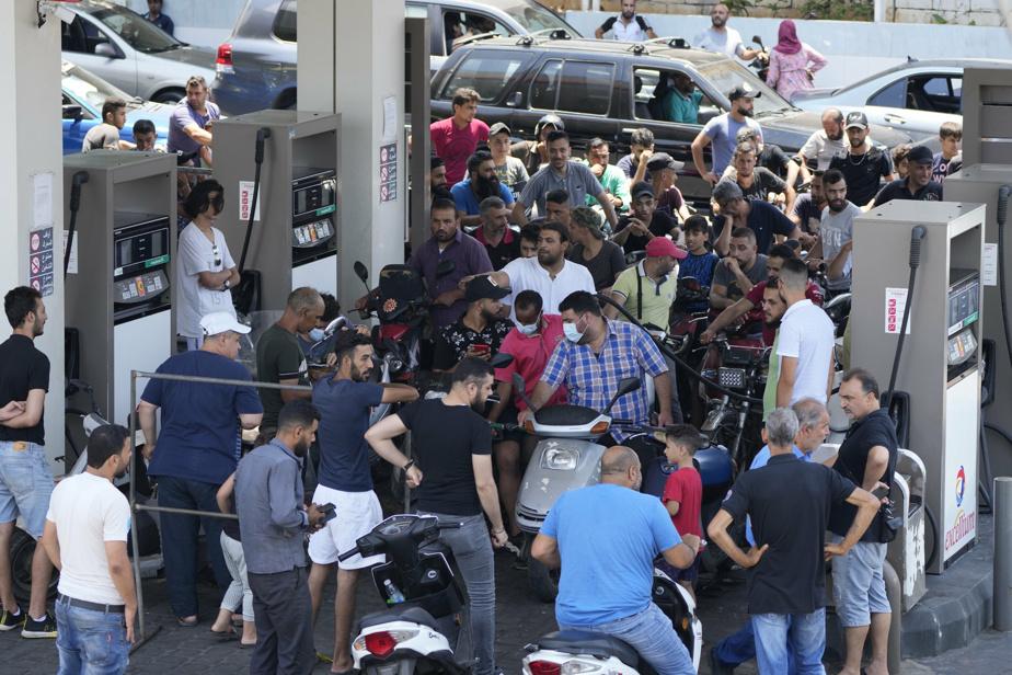 Cohue dans une station-service en banlieue sud de Beyrouth, le 27 juin dernier