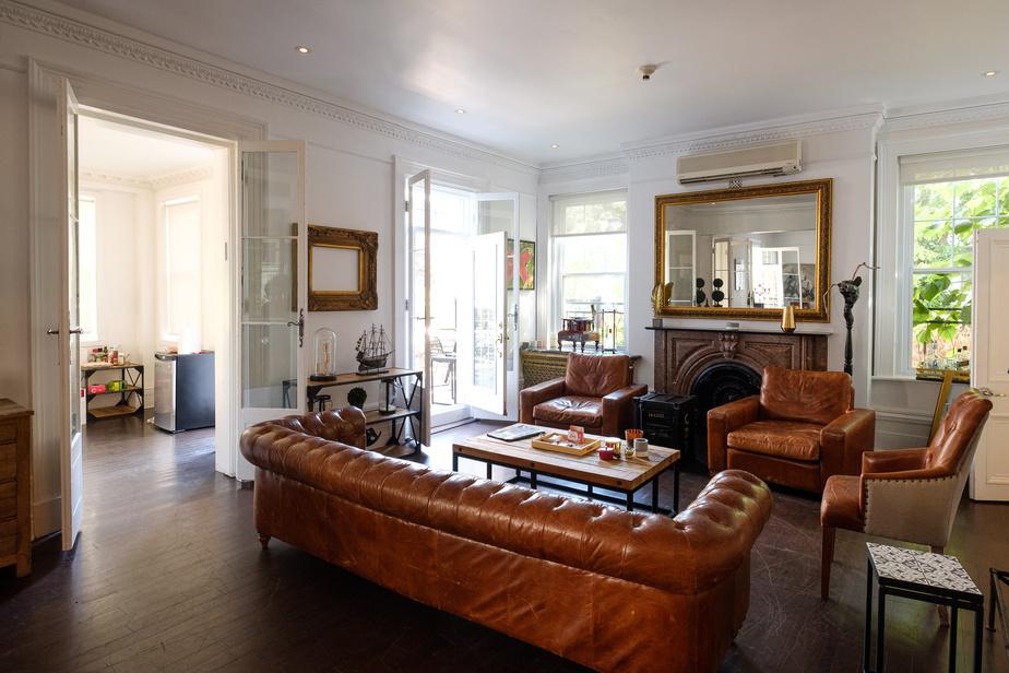 Ce salon, que David Ouaknine a voulu décontracté et confortable, est ouvert sur le jardin et donne sur la terrasse.