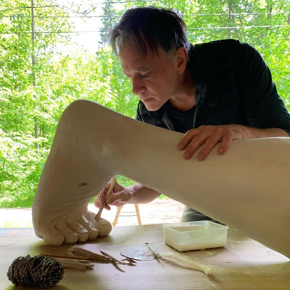 Le mécène a offert à la partenaire d'André Desjardins, dans la vie comme en affaires, Hélène Bélanger-Martin, de faire un film sur la création de l'œuvre de 360kg.